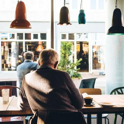 parkinson, sfeerfoto, voorbeeldfoto, man, in cafe, voorbeelden, ergotherapie, Hartel