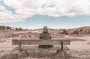 Man, op bank, sfeerfoto, lucht, woestijn, valpreventie, ergotherapie Amsterdam, behandeling